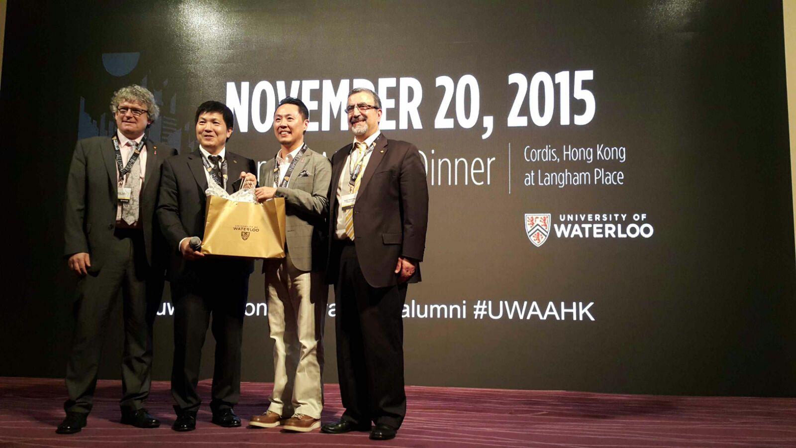 President Feridun Hamdullahpur presenting a gift at the annual Hong Kong dinner.