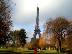 Melissa in front of the Eiffel Tower