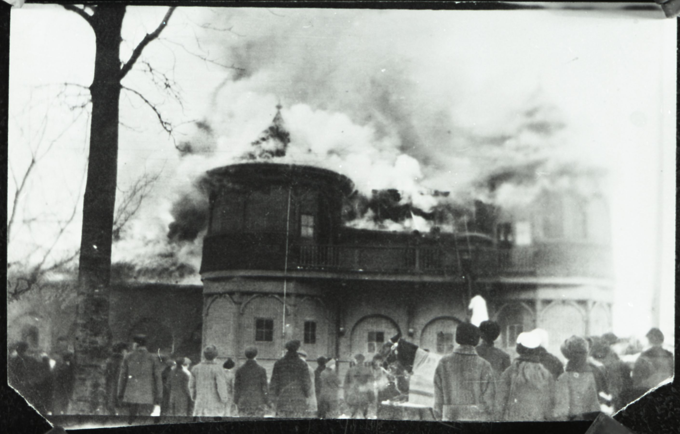 Black & white photo of the Victoria Park Pavilion on fire in 1916
