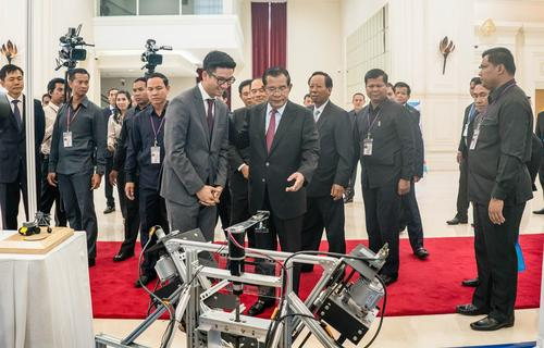 Richard Yim showing the Cambodian Prime Minister Demine's excavator
