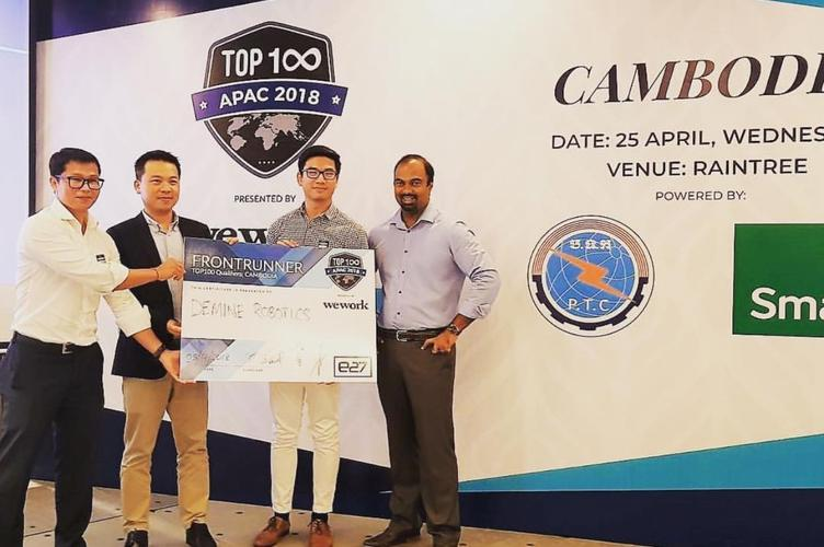 Richard Yim in front of the TOP100 Qualifiers sign