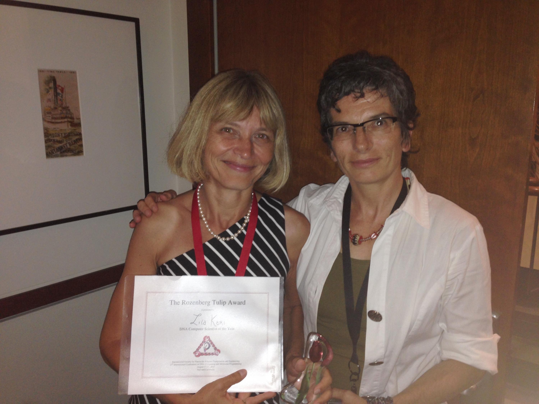 Lila Kari recieving the Rozenberg Tulip Award