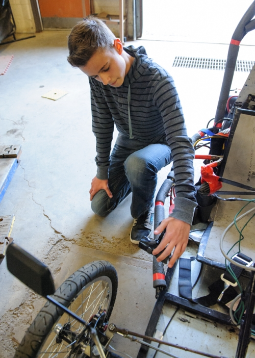 Student shows the vehicle's braking mechanism