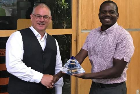 Mark Knight accepting the CNAM Pioneer award