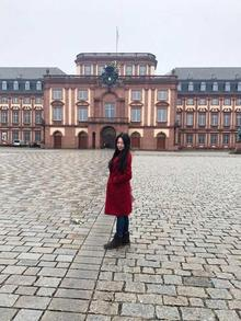 Aynur Hyuang in front of the Schloss Mannheim