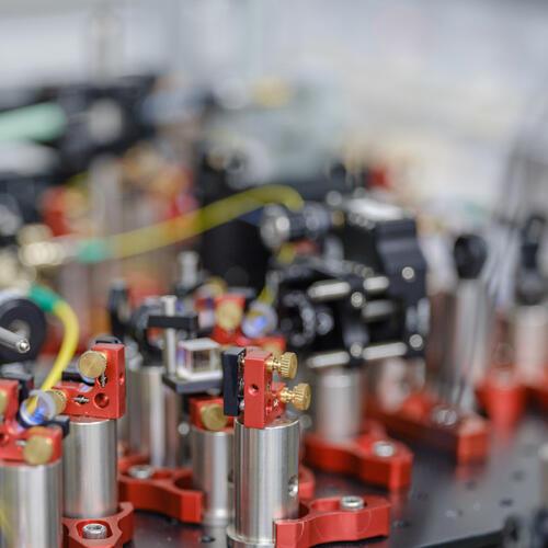 Table optique dans le laboratoire d'informatique quantique avec des ions piégés du professeur Rajibul Islam