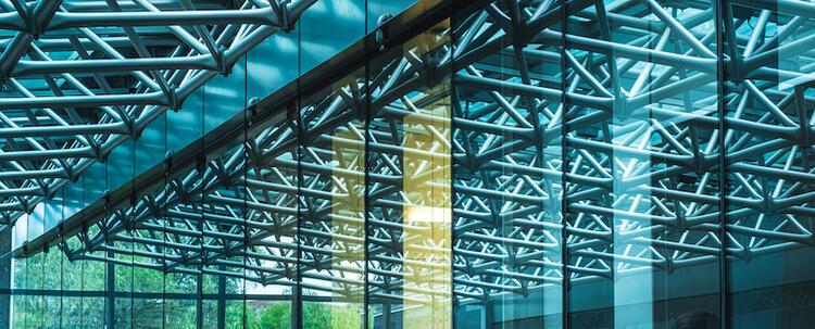 Plafond de verre et de métal à l'intérieur du Quantum-Nano Center