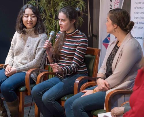 Maristany s'exprimant dans un panel d'étudiants