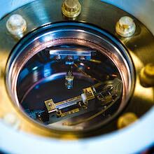 Piège à ions dans le laboratoire de contrôle quantique des ions piégés de la professeure Crystal Senko