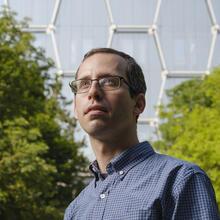 David Gosset devant le Quantum-Nano Center