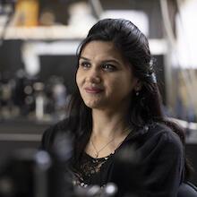 Nigar Sultana dans la Laboratoire de photonique quantique