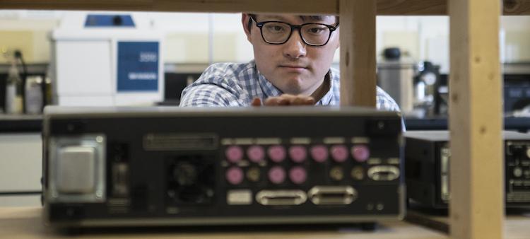 Le professeur Wei Tsen dans son laboratoire de matériaux et dispositifs quantiques