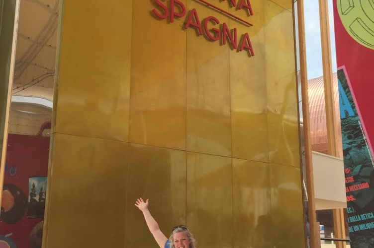 "Tanya in front of a sign that says ""Espana"""