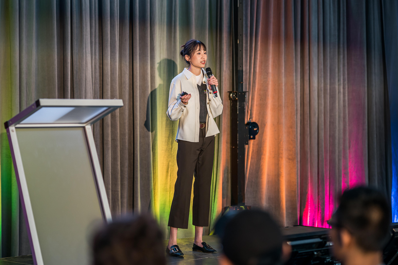 Yuqian Li delivering her pitch