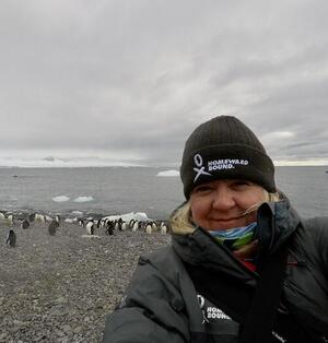 Kirsten Müller with penguins in background
