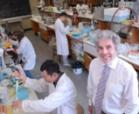 Dr. John Thompson and his researchers in the lab