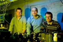Photo of Kevin Resch, Adrian Lupascu, Thomas Jennewein in lab