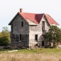 Old house in field, Ontario by Bannon Morrisy, Unsplash