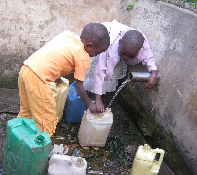 African children getting water